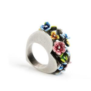 anello-tra-due-cuori-con-fiori..